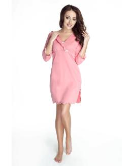 modelka w rozowej bawelnianej koszulce nocnej