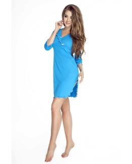 modelka w niebieskiej koszulce nocnej z bawelny