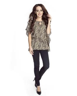 modelka w szyfanowej bluzce wiazanej w pasie w kolorze brazowym