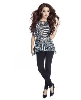 modelka w szyfanowej bluzce wiazanej w pasie