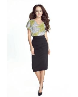 modelka w czarnej spodniczce za kolano i kolorowej koszulce