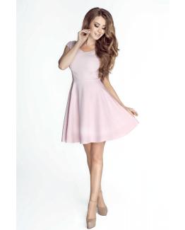 modelka w sukience w kolorze pudrowego rozu