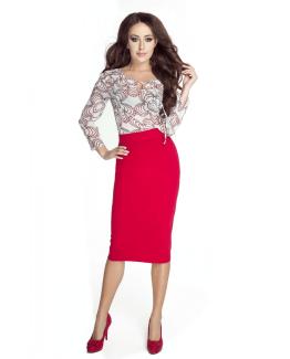 modelka w czerwonej sukience oraz szyfonowej bluzce