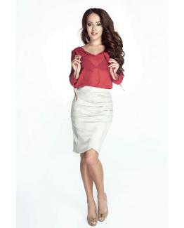 modelka w bialej spodniczce i czarwonej koszulce