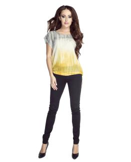 modelka zoltej koszulce i czarnych spodniach