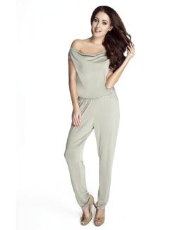 modelka w szarek eleganckiej koszulce i spodniach