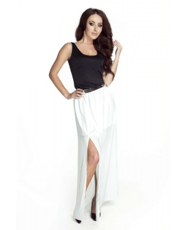 modelka w bialej sukience