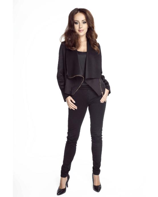 modelka w czarnych spodniach i czarnej bluzce